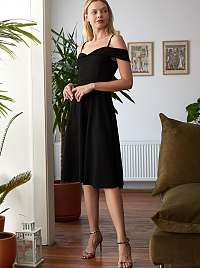 Čierne šaty s odhalenými ramenami Trendyol
