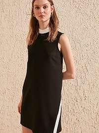 Trendyol čierne šaty s bielymi detailmi