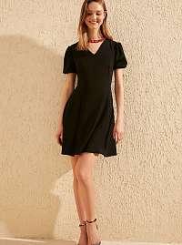 Trendyol čierne šaty s nariasenými rukávmi
