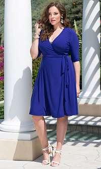 Modré zavinovacie šaty Essential pre plnoštíhle od Kiyonna